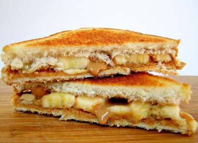 Sándwich de crema de cacahuate, mermelada y plátano