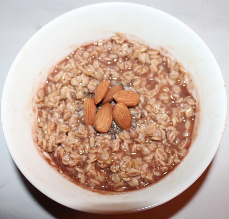 Chocoavena: Con polvo de proteína sabor chocolate y almendras, ¡un desayuno completísimo!